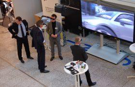 Besucher betrachten 3D-Anwendung mit 3D-Brille