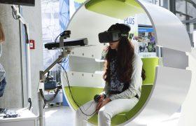 Mädchen testet Anwendung mit VR-Brille und Flystick
