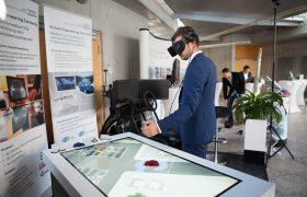 Besucher testet eine VR-Fahrsimulation