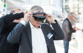 Besucher setzt eine AR-Brille auf