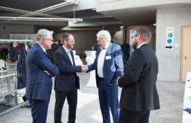 Teilnehmer begrüßen und unterhalten sich mit Thomas Bauer