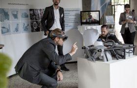 Besucher testet AR-Anwendung an einem Messestand