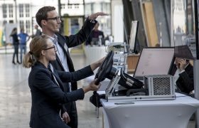 Besucher testen Fahrsimulation mit Lenkrad